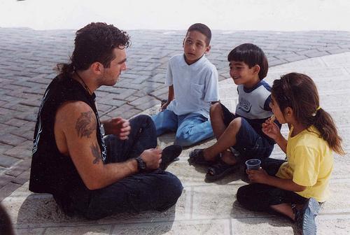 Vittorio Arrigoni con bambini palestinesi