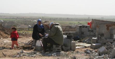 Gaza, famiglia di fronte a macerie (infopal)