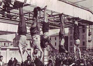 I fascisti giustiziati esposti a piazzale Loreto, Milano. Benito Mussolini è il secondo da sinistra