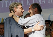 l'abbraccio sul palco di Oliviero Diliberto e Paolo Ferrero