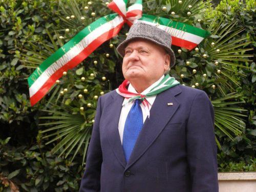Pierino Ragni, partigiano, dell'Anpi di Albano, presiede una manifestazione pubblica