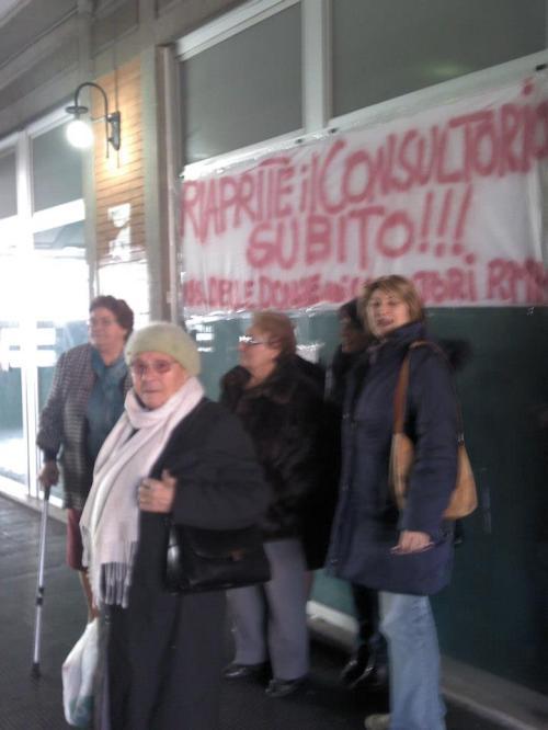 Donne protestano davanti allo striscione che reclama l'apertura del consultorio di Marino