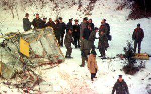 La cabina distrutta della funivia, con i miliatri Nato in sopralluogo immediato