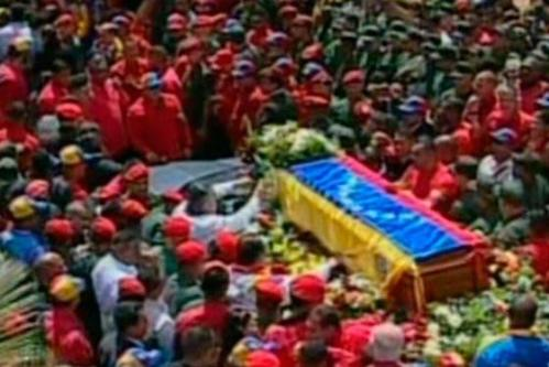 Corteo funebre di Chavez, dall'ospedale. Migliaia di persone al seguito
