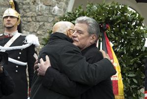 Joachim Gauck e Giorgio Napolitano, presidente della Germania e dell'Italia si abbracciano sul piazzale di Sant'Anna di Stazzema