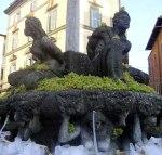 """La fontana dei Mori, """"vestita"""" a festa con grappoli d'uva per una edizione della Sagra"""