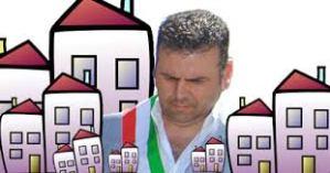 Il Vicesindaco De Santis, tollerante e promotore della cementificazione di Marino; si è messo la fascia dell'istituzione per urlare il No alla discarica che, ritiene, abbassa il valore degli immobili!