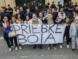 I cittadini antifascisti ad Albano, di fronte all'entrata della Fraternità Lefebvriana  che voleva ospitare i funerali di priebke: poi mai avvenuti. Nella notte fuga da qui a Pratica di Mare.