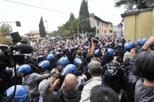 Uno dei momenti di tensione, durante la contestazione dei cittadini antifascisti per il funerale del nazista Priebke