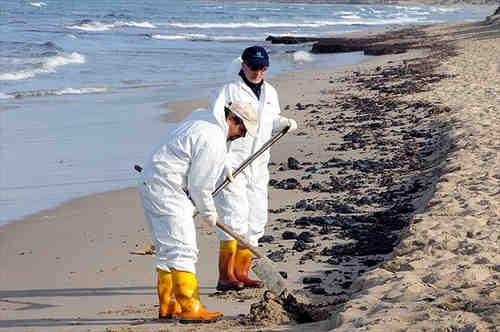 Bonifica di riparazione dopo lo sversamento dell'olio combustibile in mare