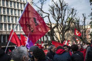 Decine le bandiere del PCI alla manifestazione del 14 02 2015 tetstimoniare la volontà di ricostruire un forte partito comunista